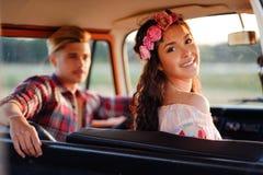 Couples hippies dans un fourgon sur un voyage par la route Photographie stock