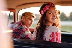 Couples hippies dans un fourgon sur un voyage par la route Photographie stock libre de droits