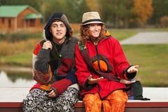 Couples hippies de jeune mode heureuse dans l'amour extérieur Photographie stock