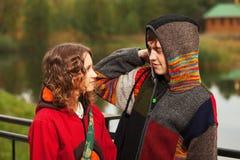 Couples hippies de jeune mode heureuse dans l'amour extérieur Image stock