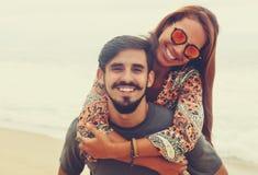 Couples hippies insouciants d'amour dans le style d'été de vintage Image libre de droits