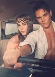 Couples hippies sur un voyage par la route conduisant le fourgon Image libre de droits