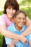Couples hispaniques aînés à l'extérieur Image libre de droits