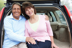 Couples hispaniques aînés à l'extérieur avec le véhicule Image stock