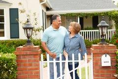 Couples hispaniques aînés en dehors de maison image libre de droits