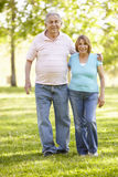 Couples hispaniques aînés marchant en stationnement Photo stock