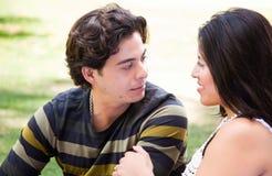 Couples hispaniques attrayants au stationnement Images libres de droits