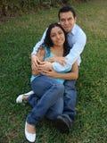 Couples hispaniques heureux et jeunes dans l'amour photos stock