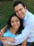 Couples hispaniques heureux et jeunes dans l'amour Image stock