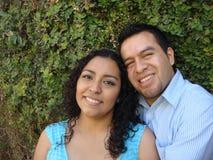 Couples hispaniques heureux et jeunes dans l'amour Photos libres de droits