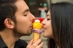 Couples hispaniques mignons partageant le cornet de crème glacée et Photographie stock libre de droits