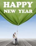 Couples hispaniques tirant une nouvelle année de bannière Photos stock