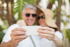 Couples Holidaying prenant un selfie Photos stock