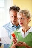Couples : Homme et femme préoccupés par la prescription photographie stock