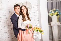 Couples, homme et femme romantiques sur une bicyclette Photographie stock libre de droits