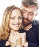 Couples, homme et femme tendres de jeunes dans l'amour sur le blanc, dupant autour le vrai mariage moderne de hippie Photographie stock libre de droits