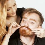 Couples, homme et femme tendres de jeunes dans l'amour sur le blanc, dupant autour le vrai mariage moderne de hippie Photographie stock