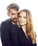 Couples, homme tendre et femme de jeunes dans l'amour d'isolement sur la fin de blanc embrassant duper de sourire autour Photos libres de droits