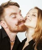 Couples, homme tendre et femme de jeunes dans l'amour d'isolement sur la fin de blanc embrassant duper de sourire autour Image libre de droits