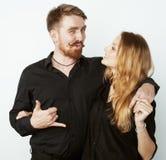 Couples, homme tendre et femme de jeunes dans l'amour d'isolement sur la fin de blanc embrassant duper de sourire autour Images stock