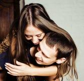 Couples, homme tendre et femme de jeunes dans l'amour d'isolement sur le blanc, concept de personnes de mode de vie Image stock