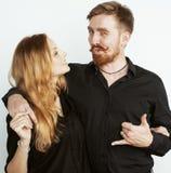Couples, homme tendre et femme de jeunes dans l'amour d'isolement sur le blanc, dupant autour le vrai mariage moderne de hippie Photo stock