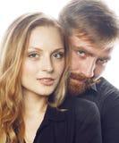 Couples, homme tendre et femme de jeunes dans l'amour d'isolement sur le blanc, dupant autour le vrai mariage moderne de hippie Images stock