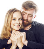 Couples, homme tendre et femme de jeunes dans l'amour d'isolement sur le blanc, dupant autour le vrai mariage moderne de hippie,  Photo libre de droits