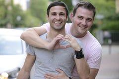 Couples homosexuels heureux à l'extérieur Photo stock