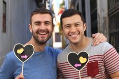Couples homosexuels montrant au monde leur amour pur Photos stock