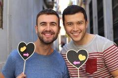 Couples homosexuels montrant au monde leur amour pur Images stock