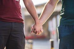 Couples homosexuels tenant des mains Images libres de droits