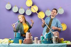 Couples impressionnants chantant tout en faisant des travaux du ménage photographie stock libre de droits