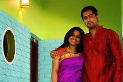 Couples indiens beaux à l'intérieur de maison Photos libres de droits