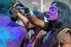 Couples indiens célébrant Holi Portrait des oiseaux d'amour à la célébration de Holi Photographie stock