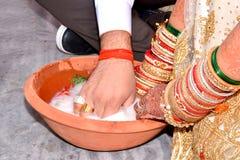 Couples indiens jouant le jeu de Ring Fishing dans la cérémonie de mariage Photos libres de droits