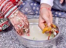 Couples indiens jouant le jeu de Ring Fishing dans le mariage Image stock