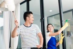 Couples indonésiens nettoyant leur maison Images libres de droits