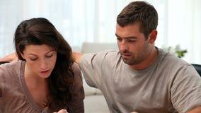 Couples inquiétés en raison des factures banque de vidéos