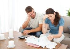 Couples inquiétés faisant leurs comptes Images libres de droits