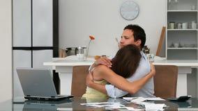 Couples inquiétés faisant leurs comptes banque de vidéos