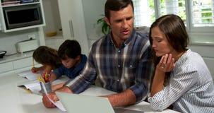 Couples inquiétés regardant des factures