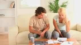 Couples inquiétés regardant leurs dépenses clips vidéos