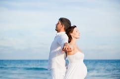 Couples insousiants de plage Image stock