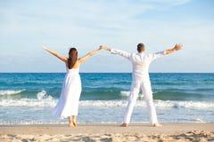 Couples insousiants de plage Photographie stock libre de droits