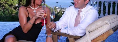 Couples intelligent rectifiés à un dîner Photo libre de droits
