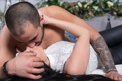 Couples internationaux adorables de l'homme avec le coffre nu, h tatoué Photo libre de droits