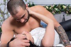 Couples internationaux adorables de l'homme avec le coffre nu, h tatoué Images libres de droits
