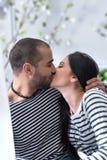 Couples internationaux adorables les baisers rayés de chandails et en HU Photos libres de droits
