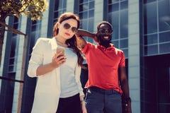 Couples internationaux dans une ville Photographie stock libre de droits